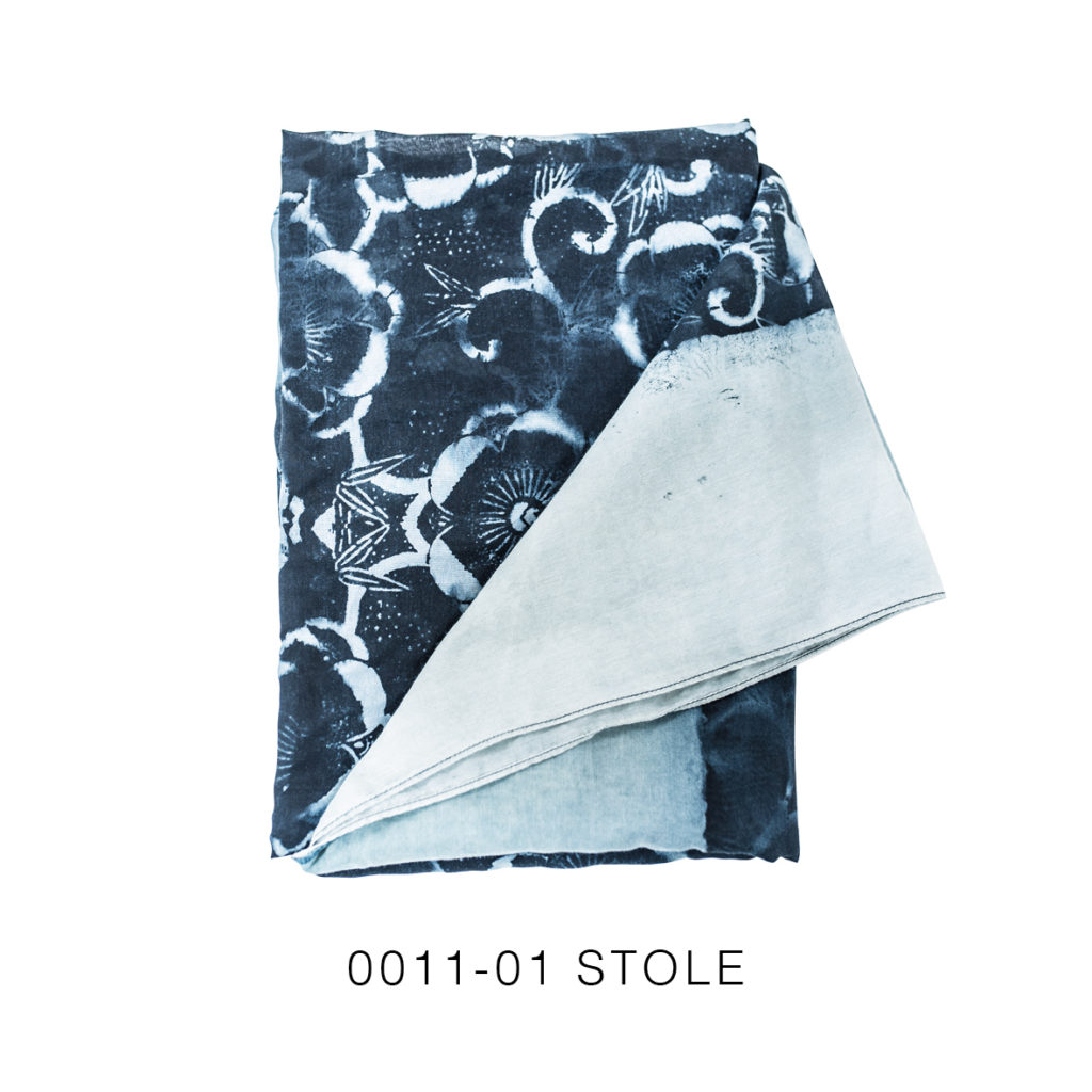 0011-01 Stole con stampa serigrafica floreale / with floral serigraphy print 126x180 cm